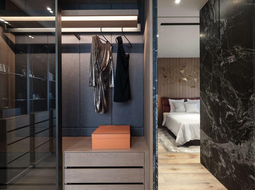(圖)木石材質的對映趣味同樣表現於私領域,如轉角立面的黑石紋脈與地板節眼即構成豐...