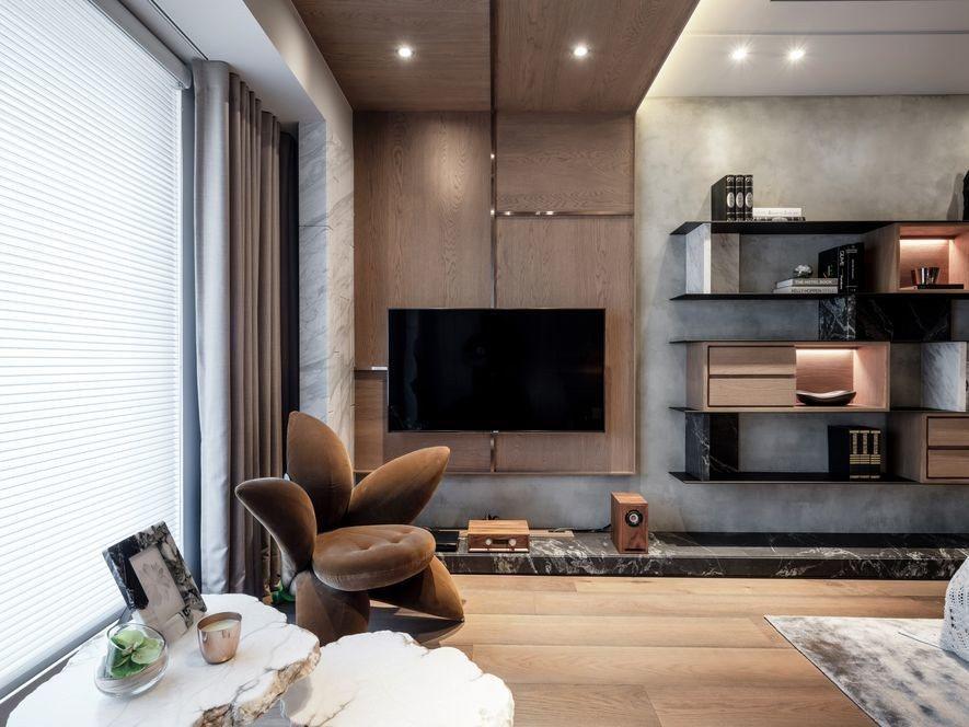 (圖)在主臥室的落地窗邊,設計師精選一只五瓣的花型座椅,搭配自然收邊的白石桌几,...
