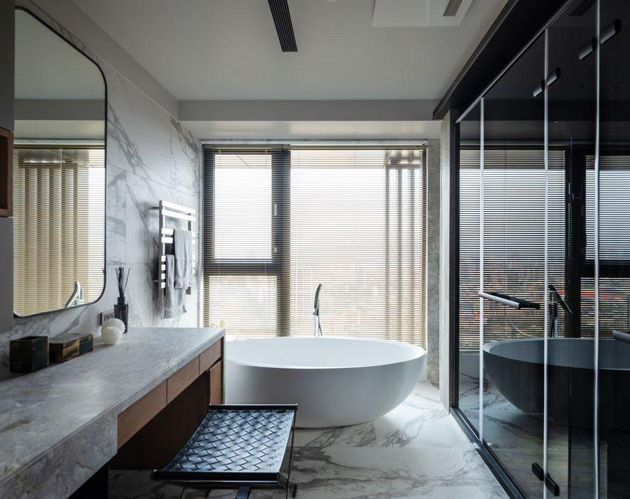 (圖)浴室選用潔白而飽含變化的石紋磁磚襯底,托起優雅的蛋形浴缸,及其他高色彩對比...