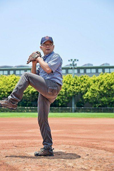 圖三 : 吳誠文教授拿起棒球和手套試投,虎虎生風,完全看不出已屆60歲,還擁有當...