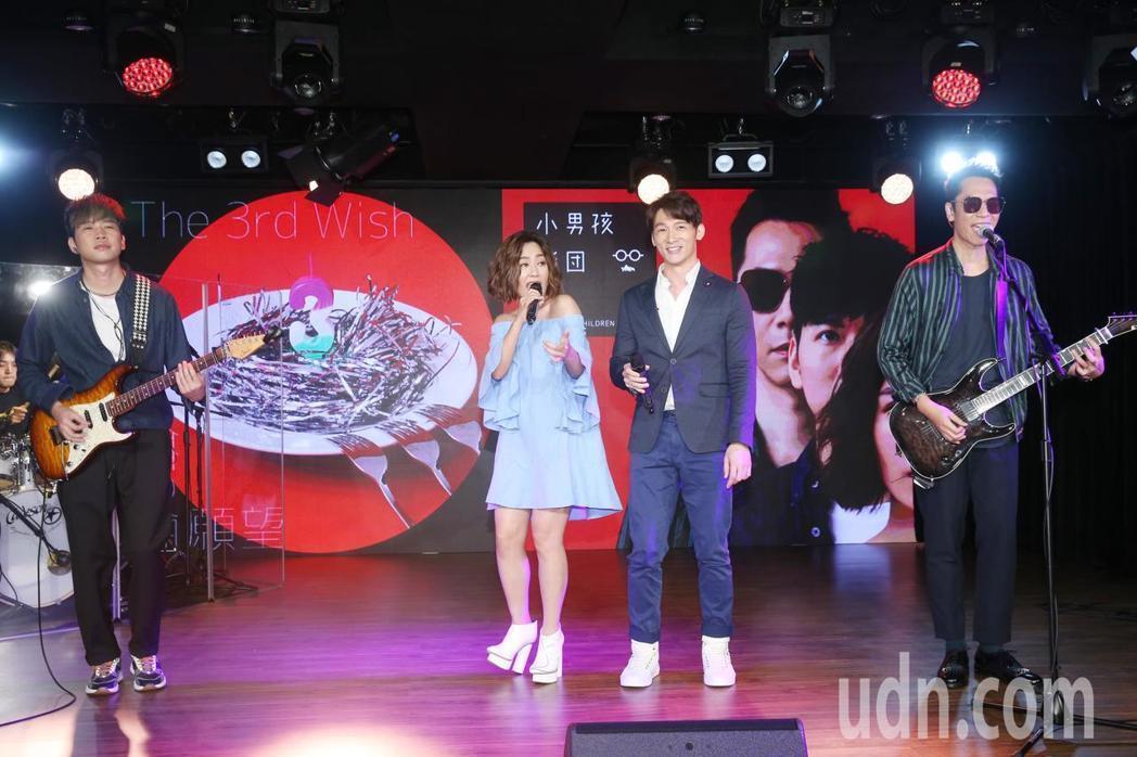 小男孩樂團正式加盟滾石唱片,溫昇豪(右二)站台。記者邱德祥/攝影