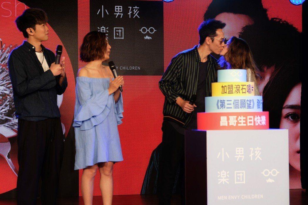 「小男孩樂團」團長昌哥(右二)激吻老婆,漢斯(左)、米非在旁獻上祝福。圖/滾石提...