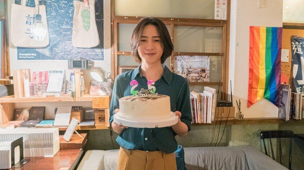 許含光開心慶祝26歲生日。圖/好多音樂提供