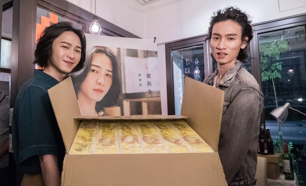 柯智棠(右)代表公司送上一大箱衛生紙給許含光。圖/好多音樂提供