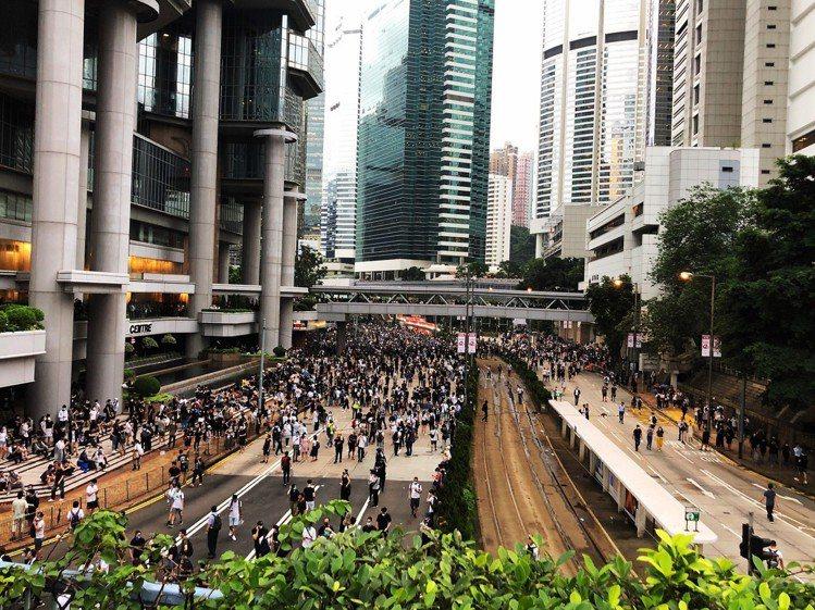12日下午5點多的夏慤道,都是年輕的抗議群眾。記者顏甫珉/攝影