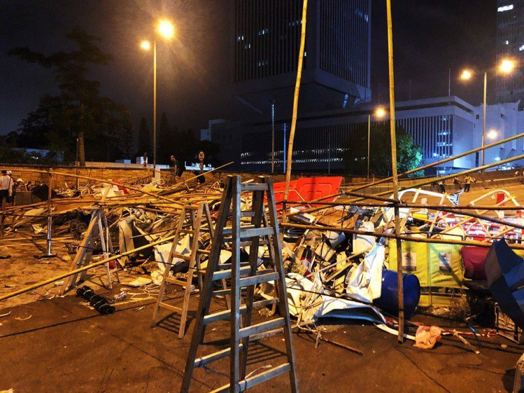 反送中民眾,運用雜物堆起防堵牆。記者顏甫珉/攝影