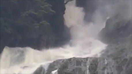 蚊龍瀑布落差800多公尺,這幾天下大雨,瀑頂的水勢就很兇猛。圖/陳文振提供