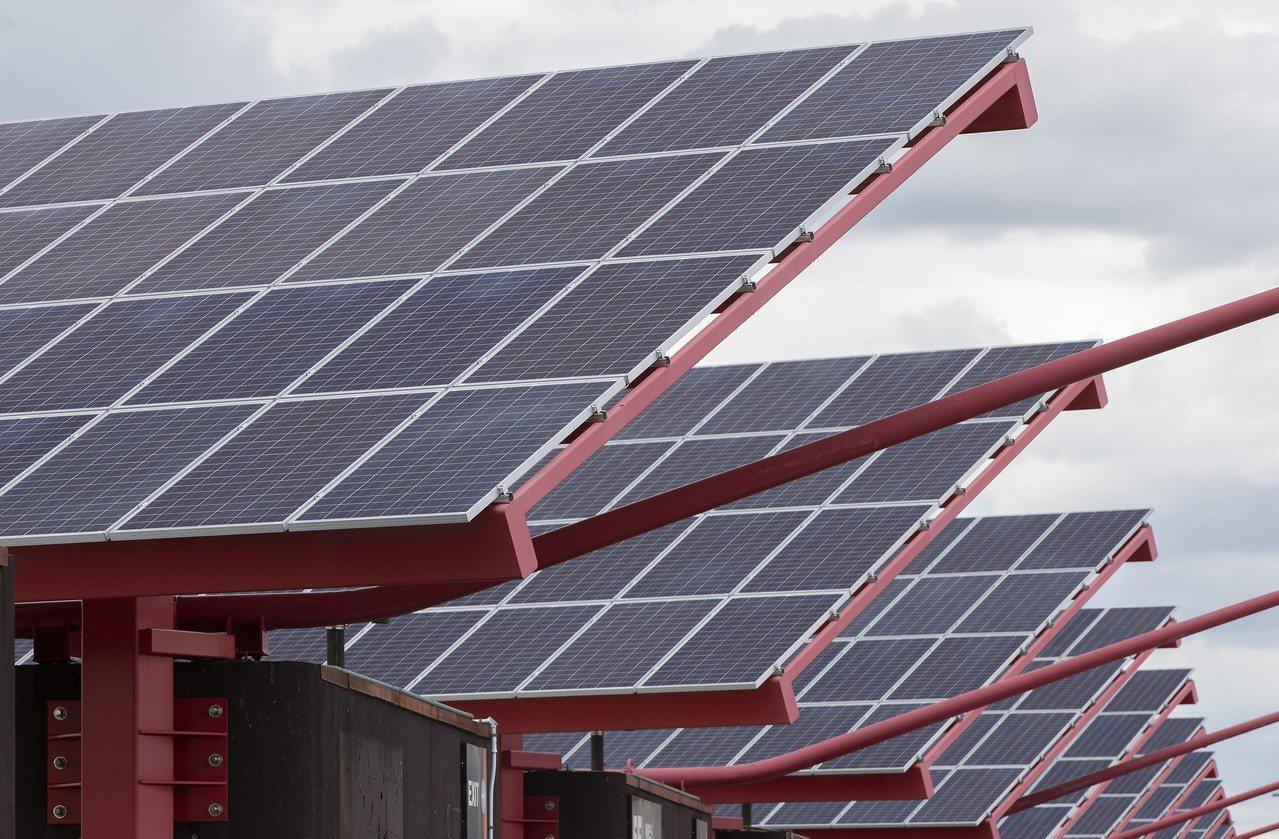 圖為位於美國波士頓國際機場的太陽能集電板。 歐新社