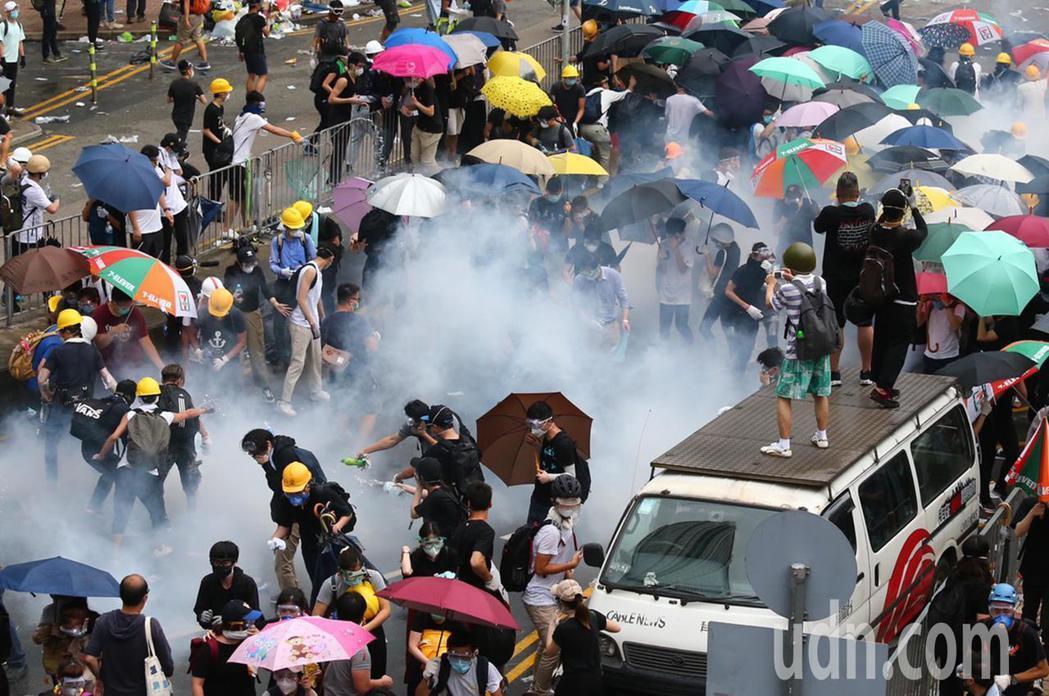 香港「反送中」抗議爆衝突,香港警方擲催淚彈到抗議人群中間,眾人紛紛走散。特派記者...