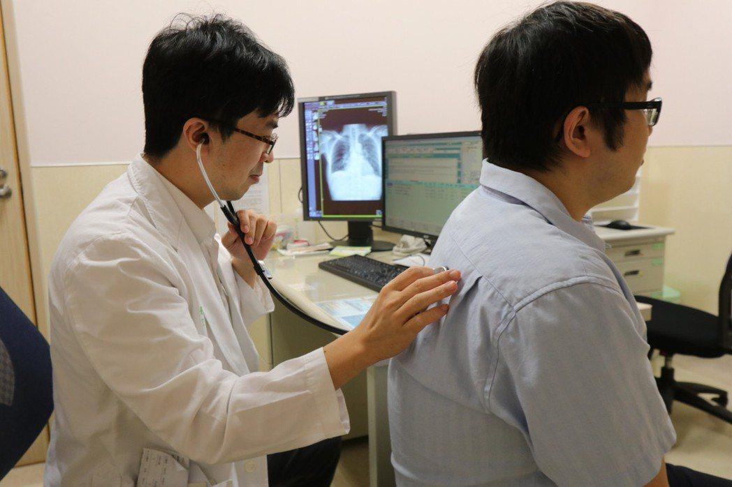 65歲陳先生在建築工地上班,日前因摔傷急診,還併有呼吸不順,後來查出罹患「矽肺症...