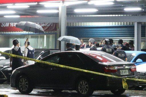 昨晚桃園市議會鄰近的中古車行,發生持槍挾持案件,警方也動員多名警力、維安小組到場支援。記者許政榆/攝影
