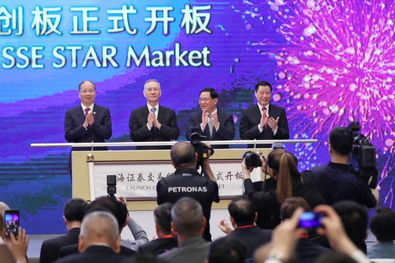今日開幕的'第十一屆陸家嘴論壇上,舉行了科創板開板儀式,國務院副總理劉鶴、上海市...