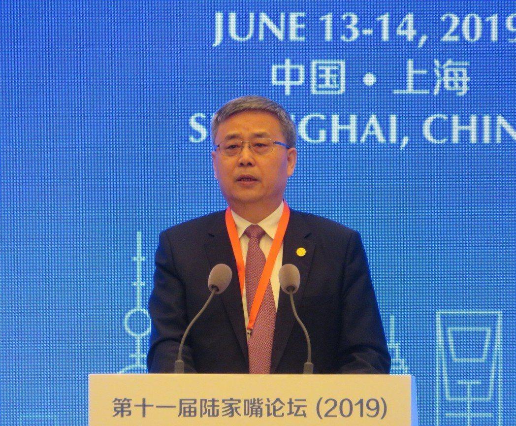 中國銀保監會主席郭樹清警告,過度依賴房地產終將付出代價。特派記者林則宏/攝影