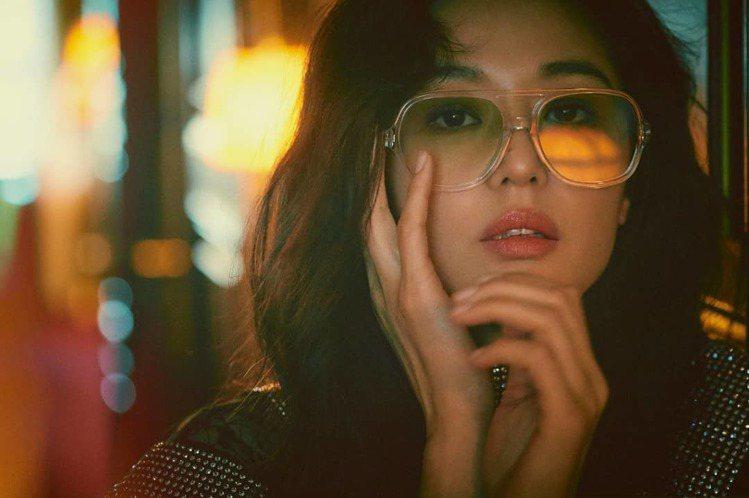 女神全智賢受邀替時尚雜誌拍攝特輯,配戴了Gentle Monster 太陽眼鏡,...