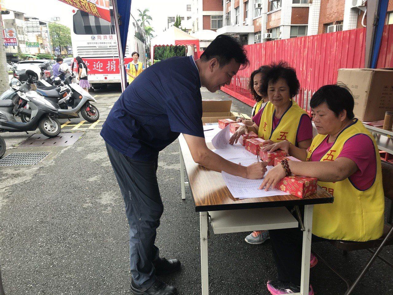 雨天捐血人止步 波麗士挽袖熱血補血庫