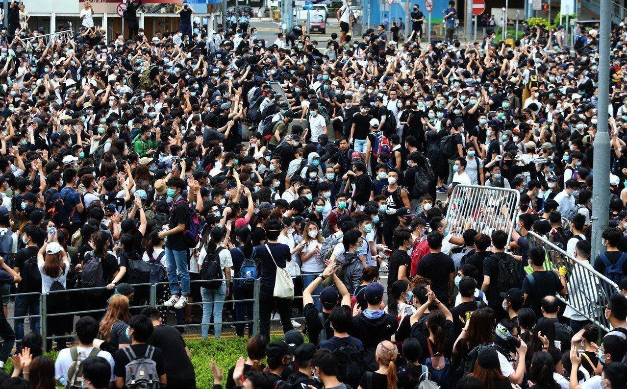 「逃犯條例」引發反送中浪潮,香港民眾聚集在香港立法會外抗議。聯合報系資料照片/特...