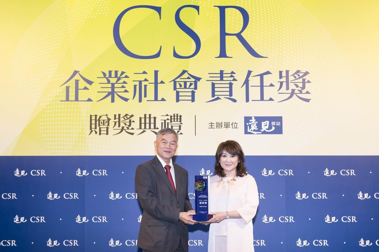 SOGO今年榮獲《遠見企業社會責任獎》2項楷模獎,SOGO董事長黃晴雯(右)日前...