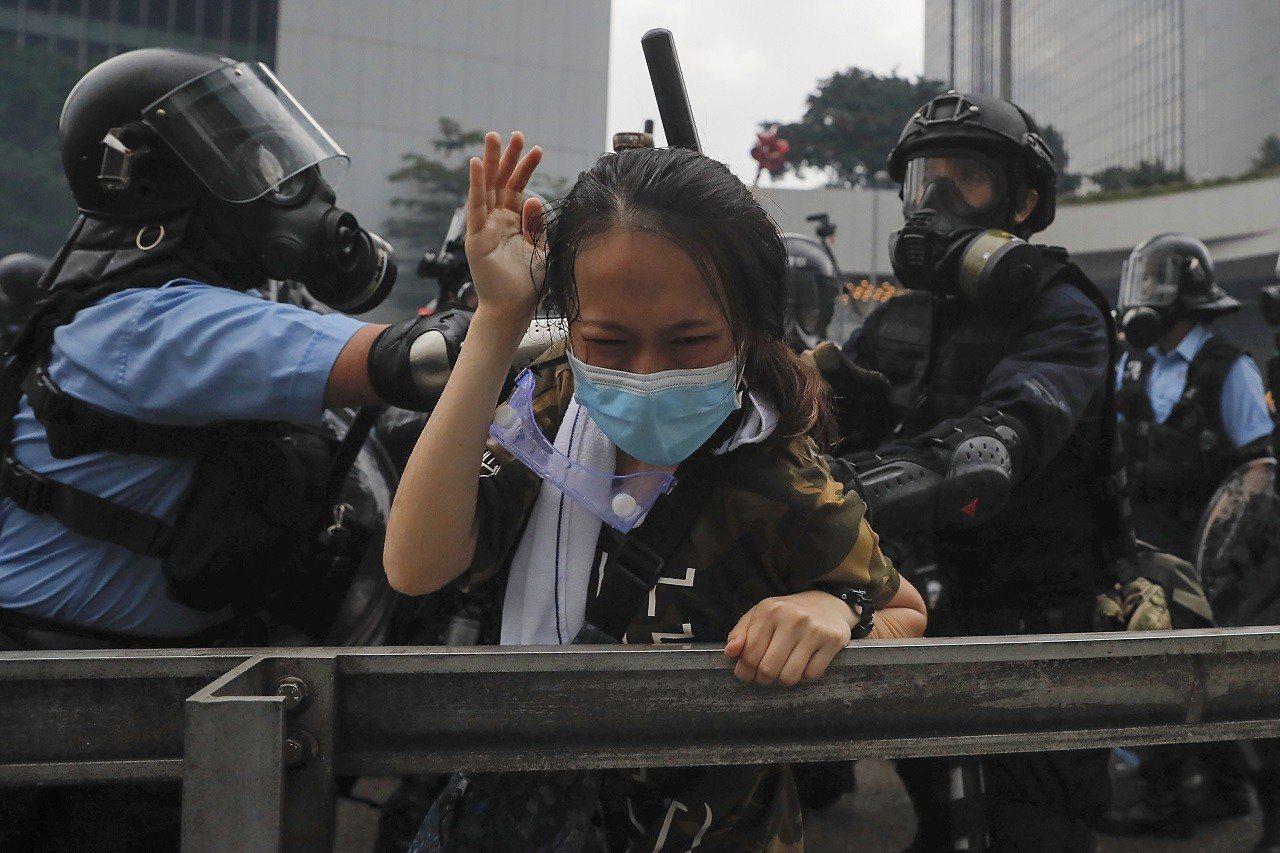香港「反送中」示威12日升級為占領立法會,港警鐵腕強勢清場,引發國際高度關注,歐...