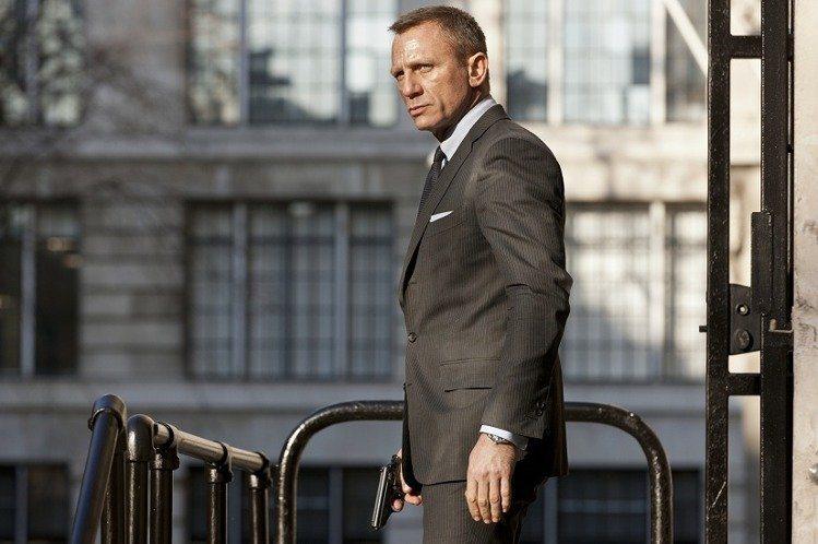 Tom Ford為《007:空降危機》打造戲服和太陽眼鏡。圖/索尼提供