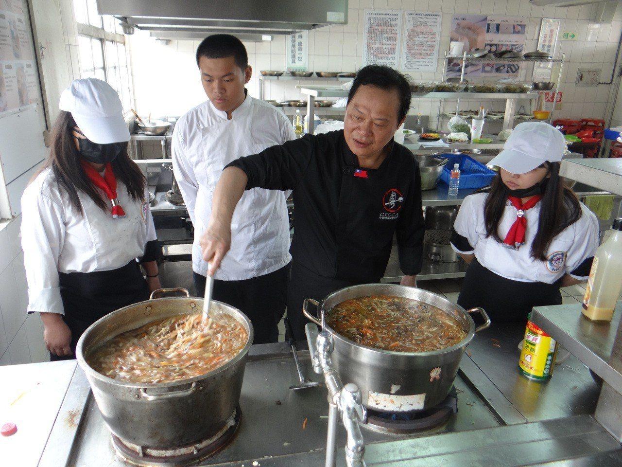 國宴主廚駱冠毓教學生烹煮台西鴨肉焿的技巧。記者蔡維斌/攝影
