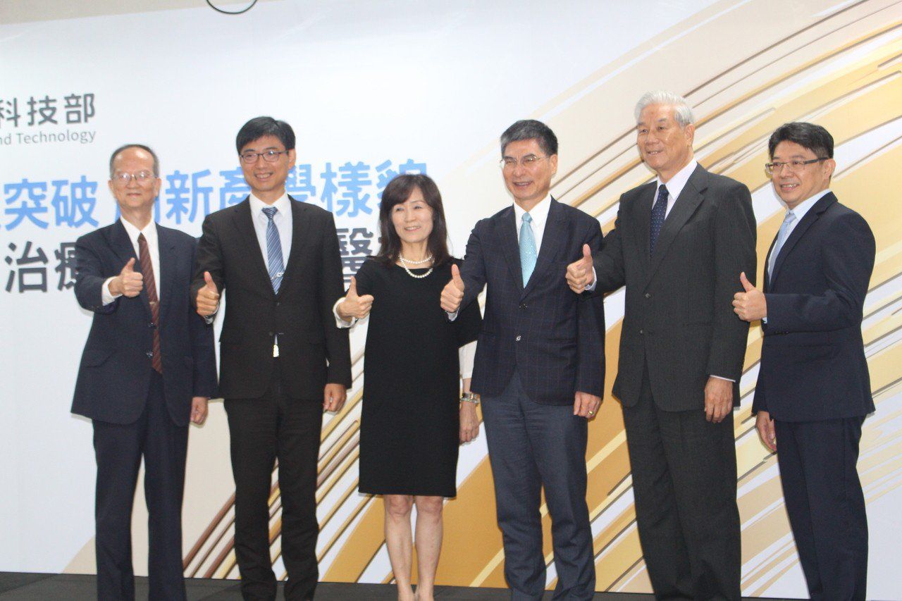 成大醫學院教授林錫璋(左一)正好搭上科技部106年修正「科學技術基本法」的特快車...