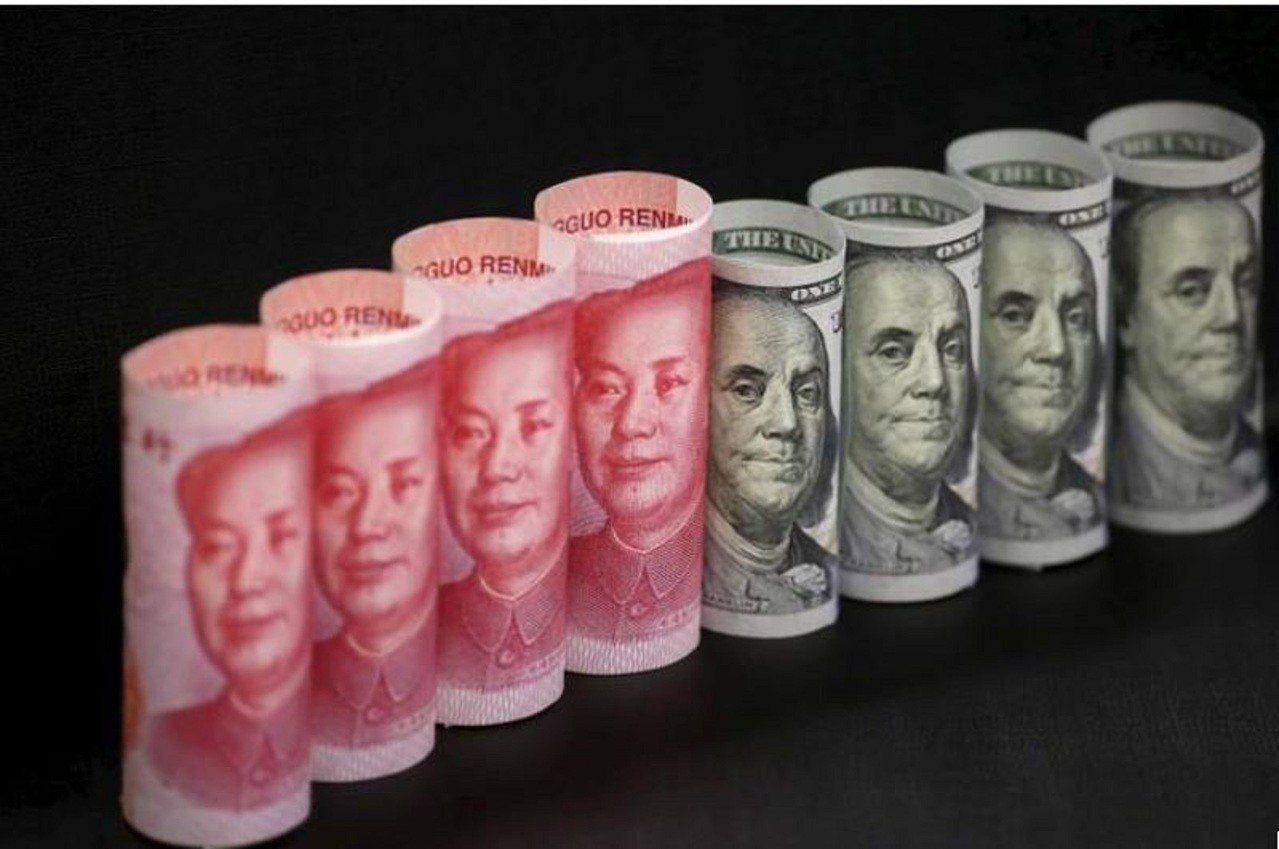 人民幣和美元紙幣。路透