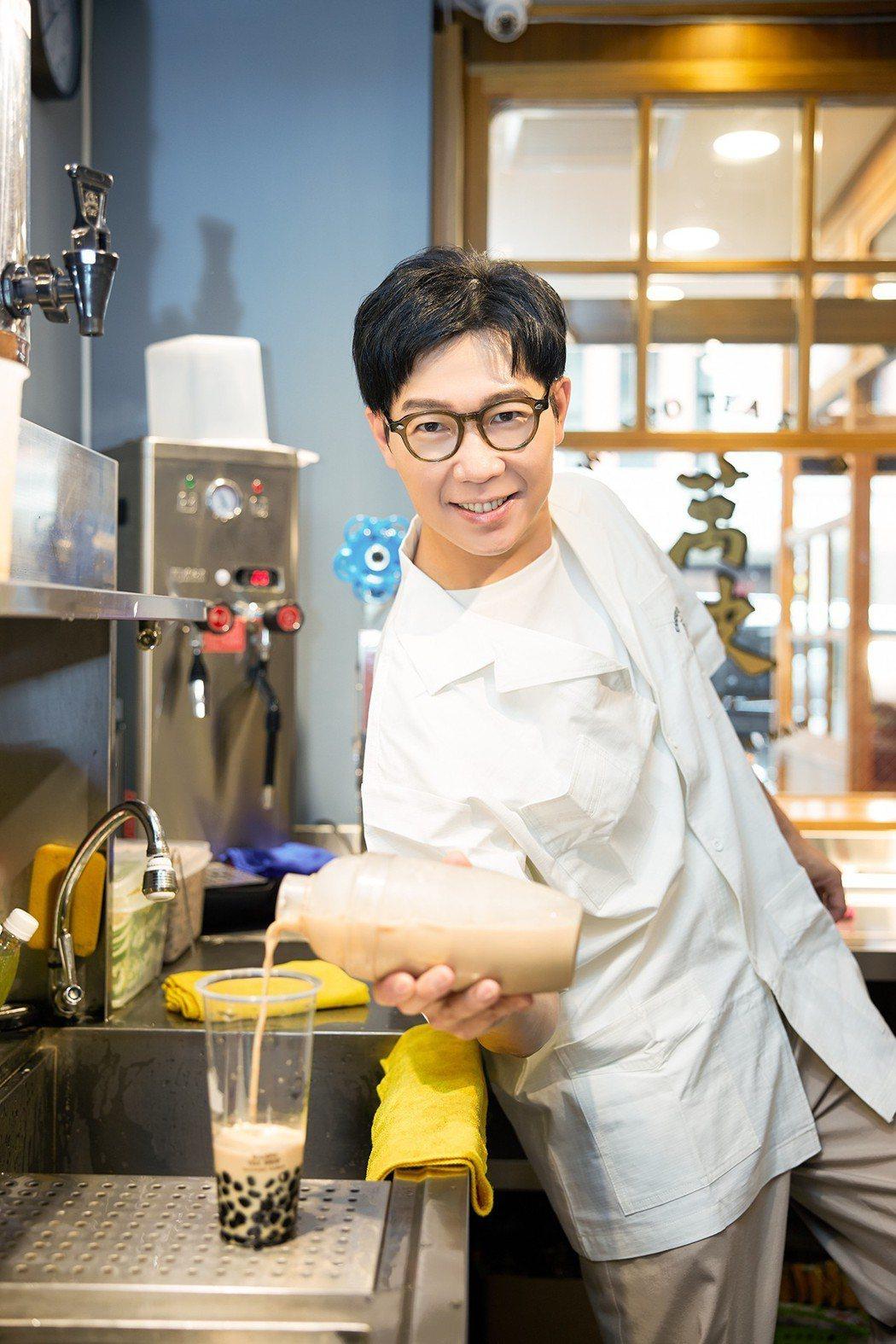 品冠為新歌「珍珠奶茶」,體驗如何做珍奶。圖/海蝶音樂提供