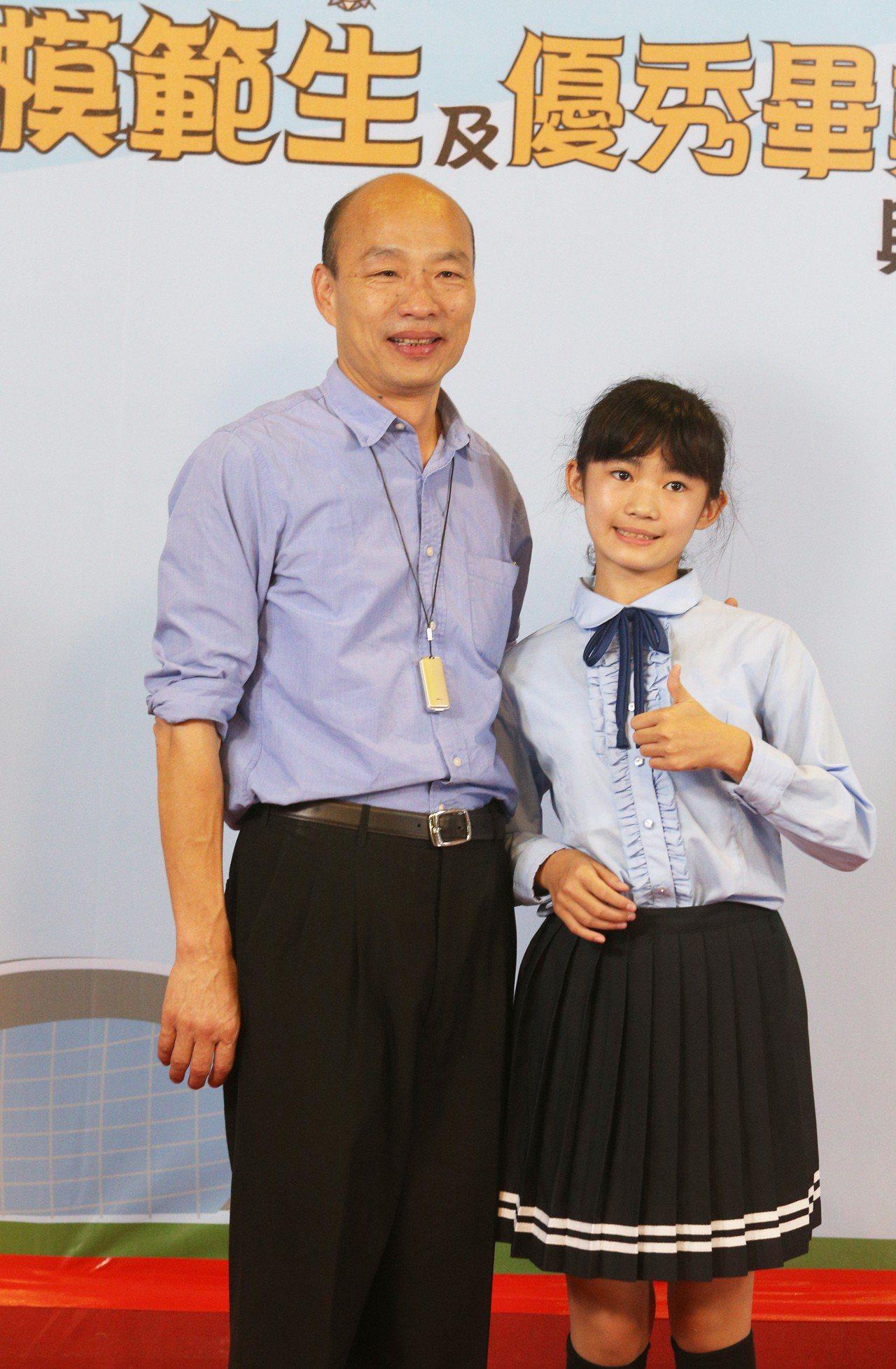 高雄市長韓國瑜到美濃國中與旗美地區的市長獎得主拍照留念。記者劉學聖/攝影