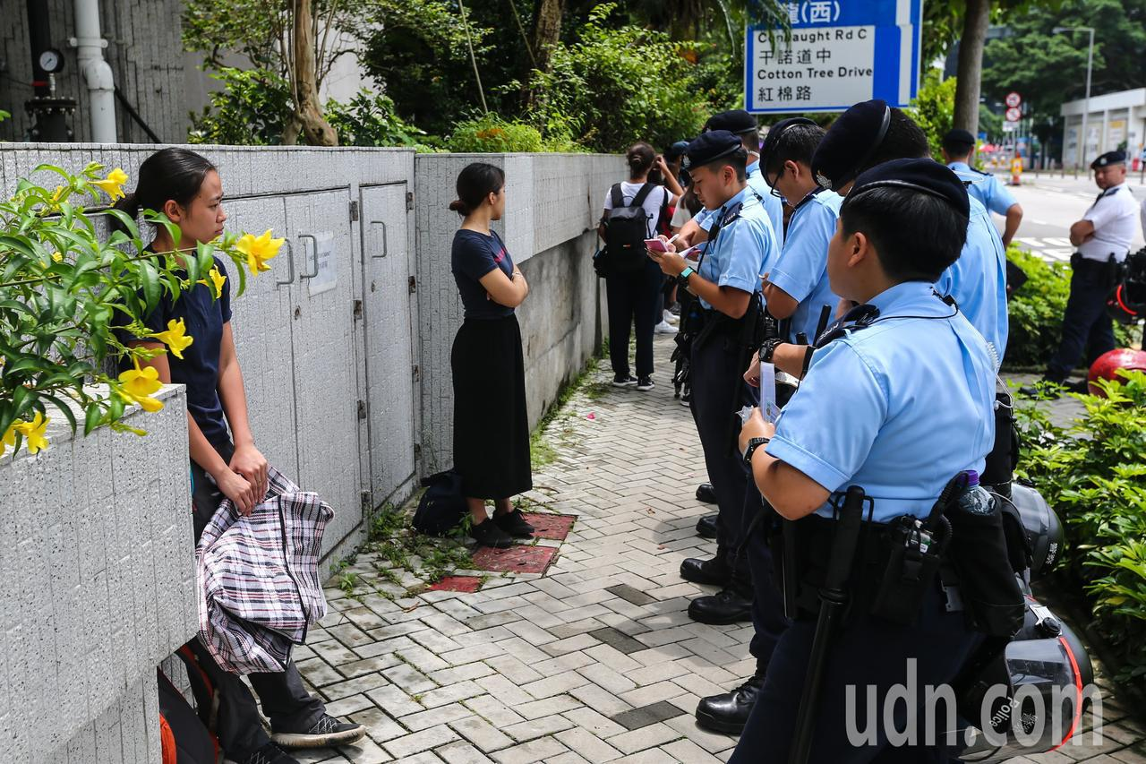 反送中示威警民衝突隔天,香港金鐘一帶仍有警察在路邊攔查可疑人士,搜索背包等隨身物...
