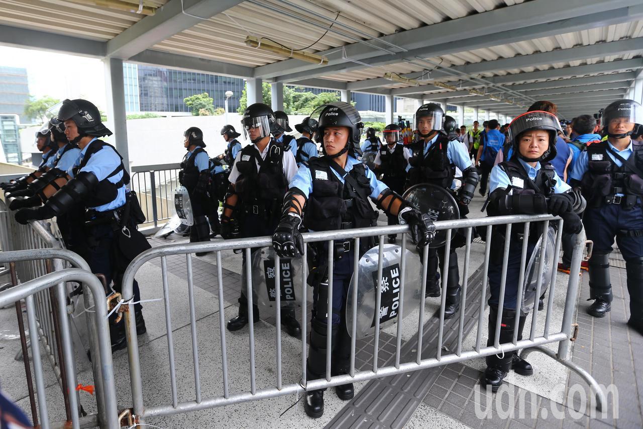 反送中示威警民激烈衝突,香港立法會外陸橋有重裝警力戒備。特派記者王騰毅/攝影