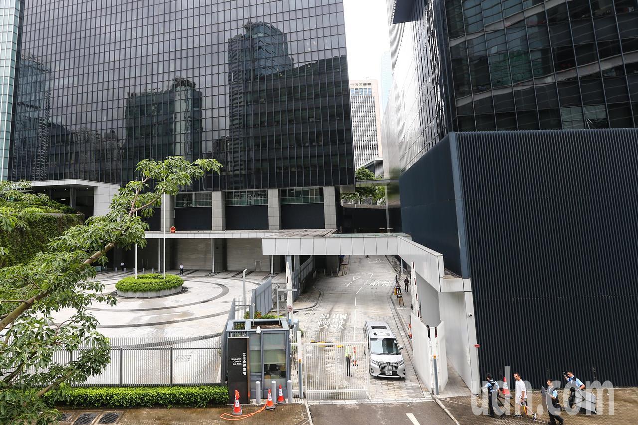 反送中示威警民激烈衝突隔天,香港立法會車道暢通,恢復運作。特派記者王騰毅/攝影