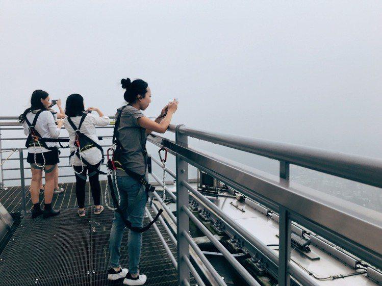 遊客穿上歐洲進口確保裝備後,在戶外平台可360度俯瞰台北景觀。記者江佩君/攝影