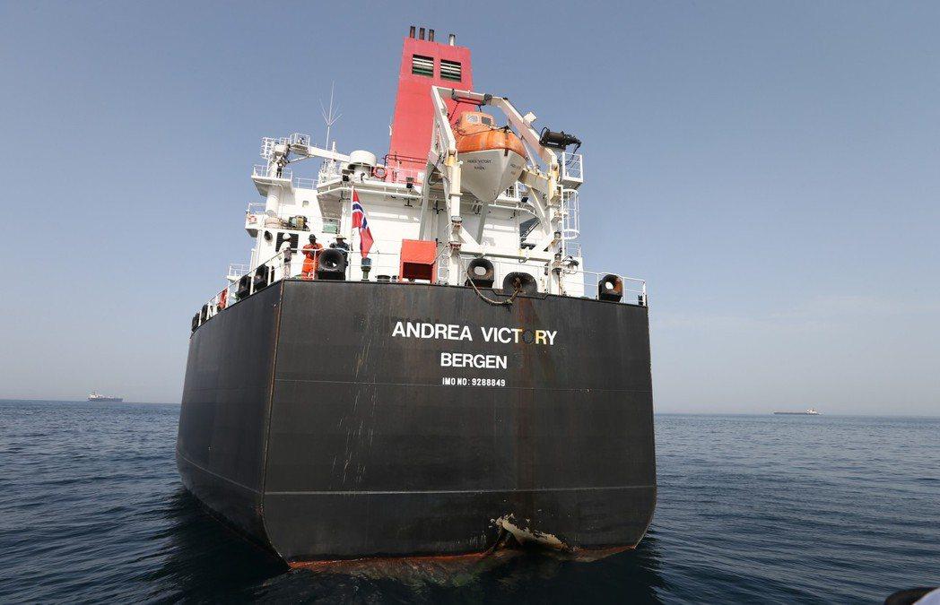 波斯灣地區上月就曾傳出油輪遭攻擊。圖為一艘挪威籍油輪五月十二日在阿聯外海遇襲,船...