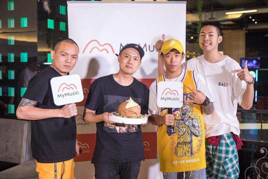 洋蔥(左二)在春風(左)、健志(右二)和陳大天陪伴下歡慶28歲生日。圖/MyMu...