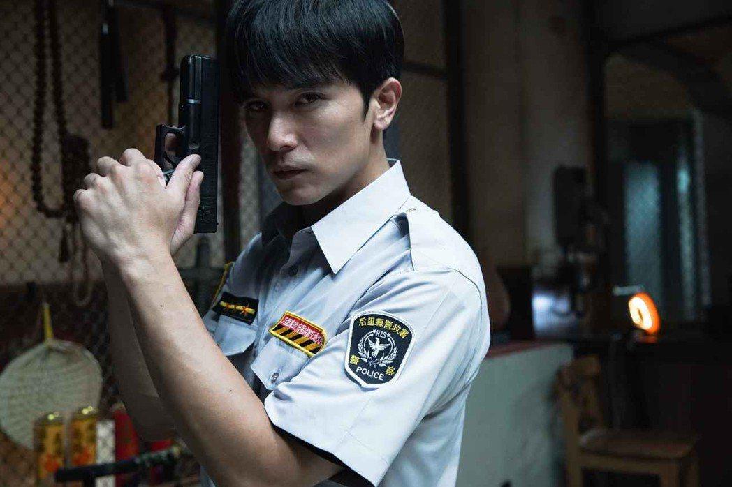 邱澤飾演菜鳥警察。圖/甲上提供