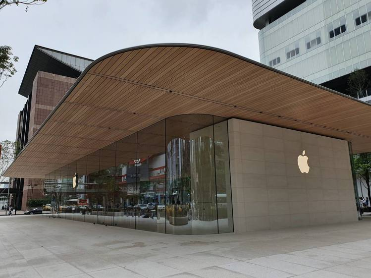 Apple信義A13採用兩層樓的獨立式展廳設計,屋頂以碳纖維物料強化。記者黃筱晴...