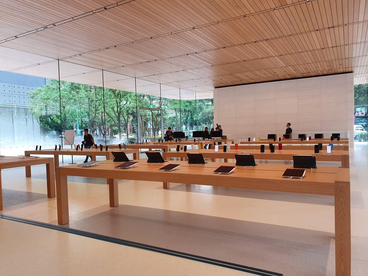 店內一樓空間展示了完整產品系列,包括iPhone、iPad、Apple Watc...