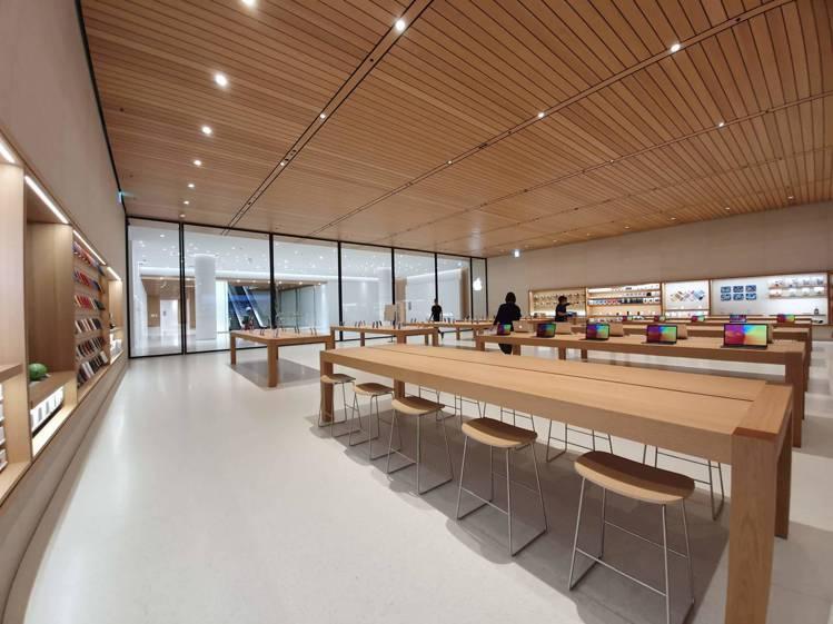 地下樓層設置了更寬廣的蘋果商品與周邊配件的展示與體驗區,並與遠百信義A13有出入...