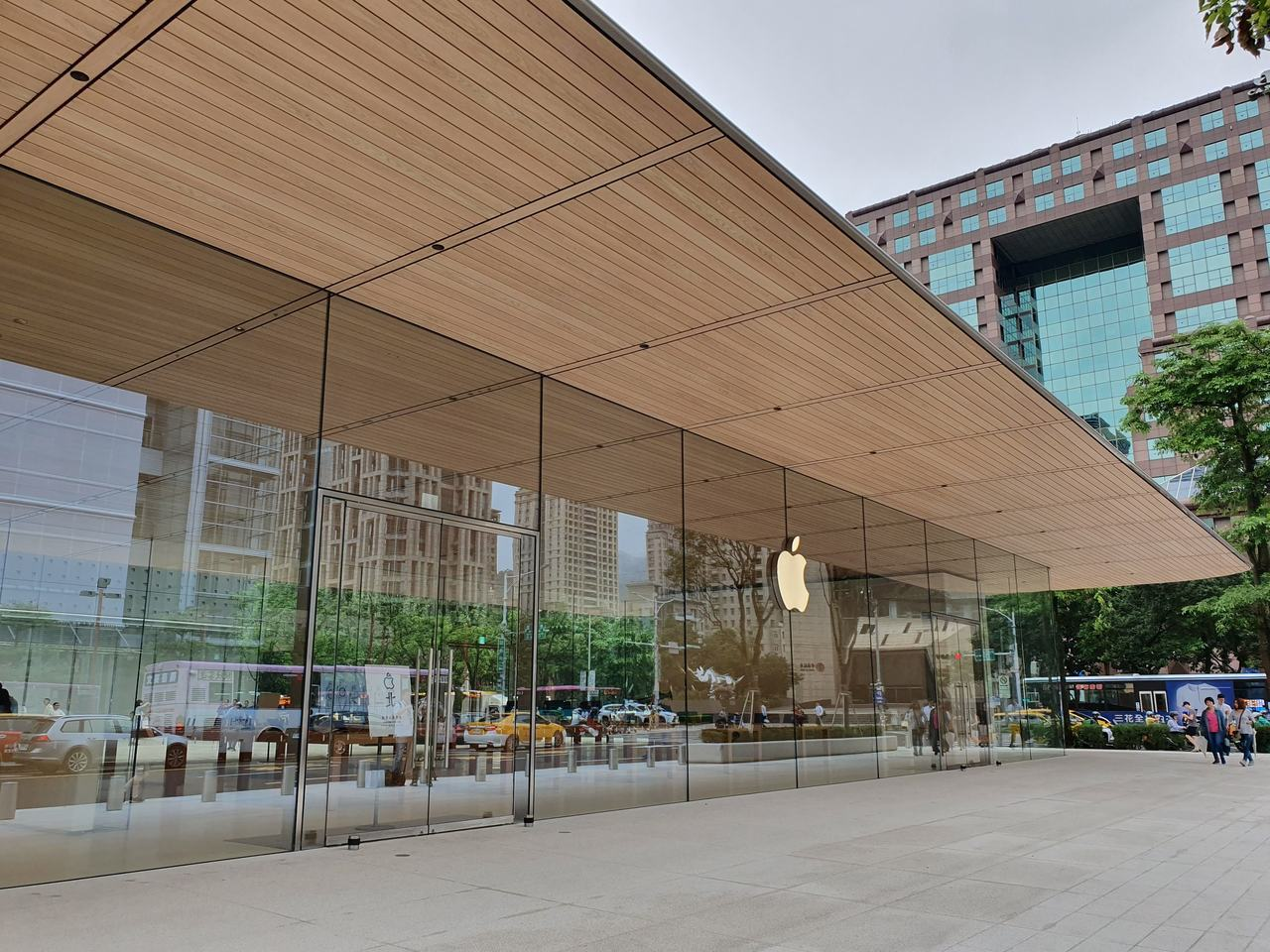 外牆採用大量透明玻璃,讓店舖與城市風景更有連結性。記者黃筱晴/攝影