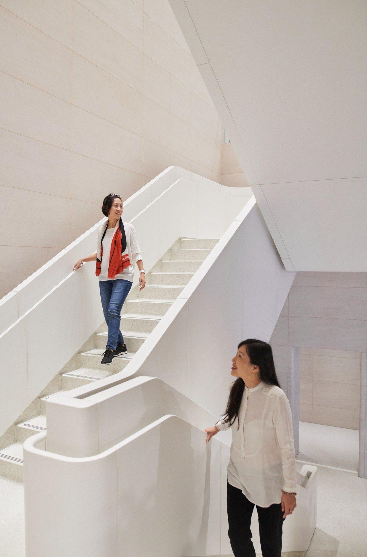 店內左右兩側有兩座風格獨特的大理石混合石材階梯向下延伸至地下樓層。圖/蘋果提供