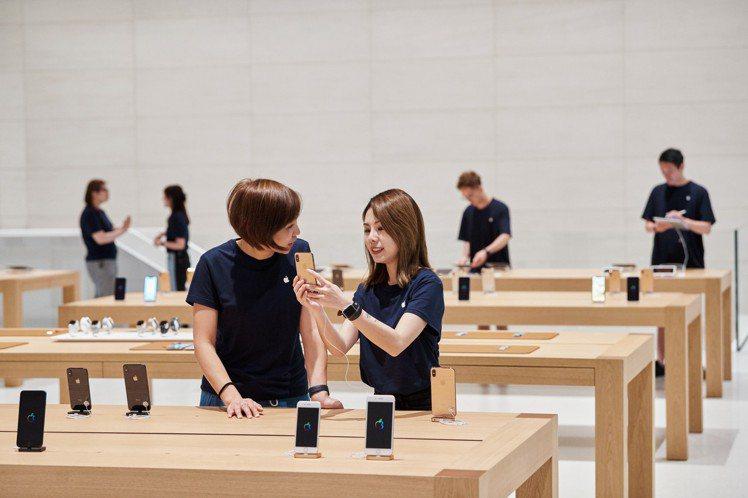 Apple信義A13共155位團隊成員總共能以超過10種語言與顧客交談。圖/蘋果...