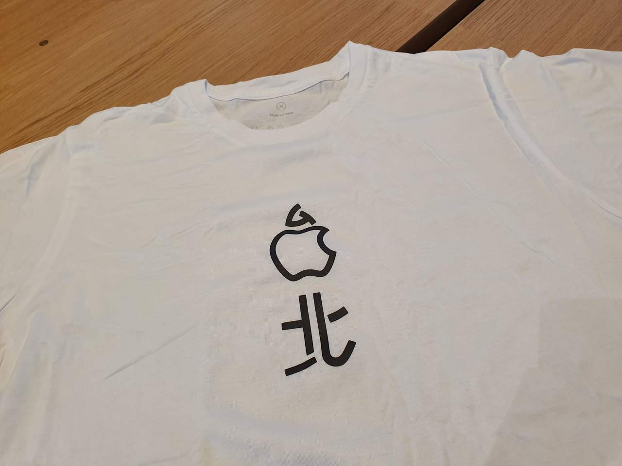 開幕當天蘋果會贈送首批進入店內的顧客限量紀念T恤。記者黃筱晴/攝影