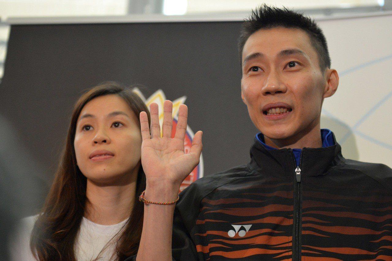 6月13日,大馬羽球名將李宗偉(右)舉行記者會宣布退役,妻子黃妙珠在旁陪同。...