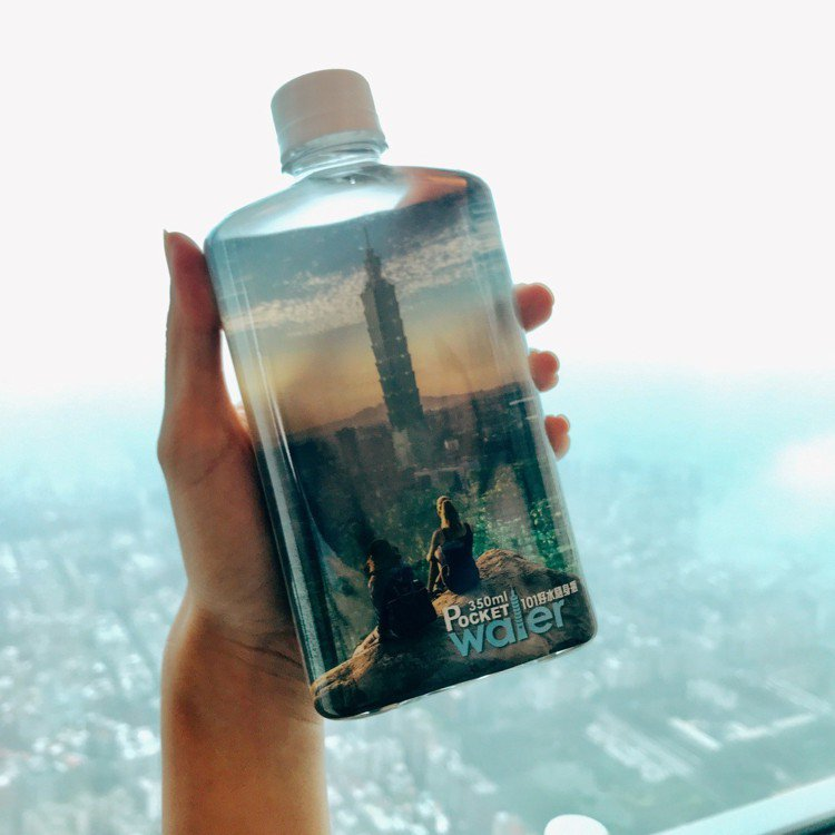 台北101紀念瓶裝水。記者江佩君/攝影