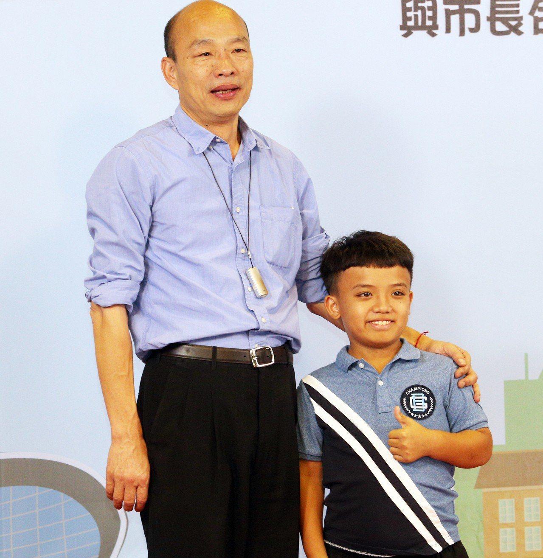 高雄市長韓國瑜與 423名模範生、市長獎學生合影,第一位上台的內門國小畢業生柯崇...