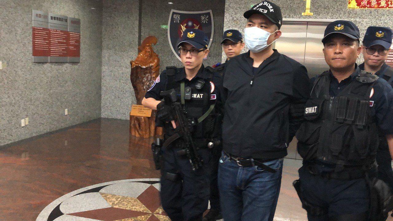 桃園市刑警大隊傍晚將主嫌林佑儒移送桃園地檢署偵辦。記者曾健祐/攝影