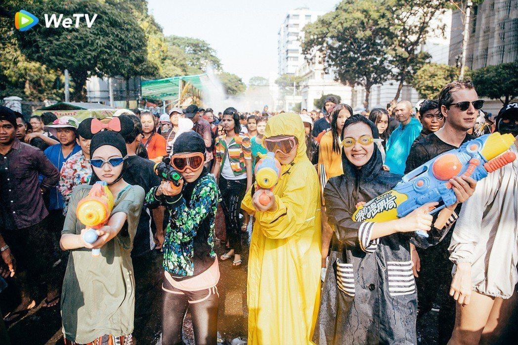 小S(從左而右)范曉萱、大S、阿雅錄製WeTV「我們是真正的朋友」體驗潑水節。圖