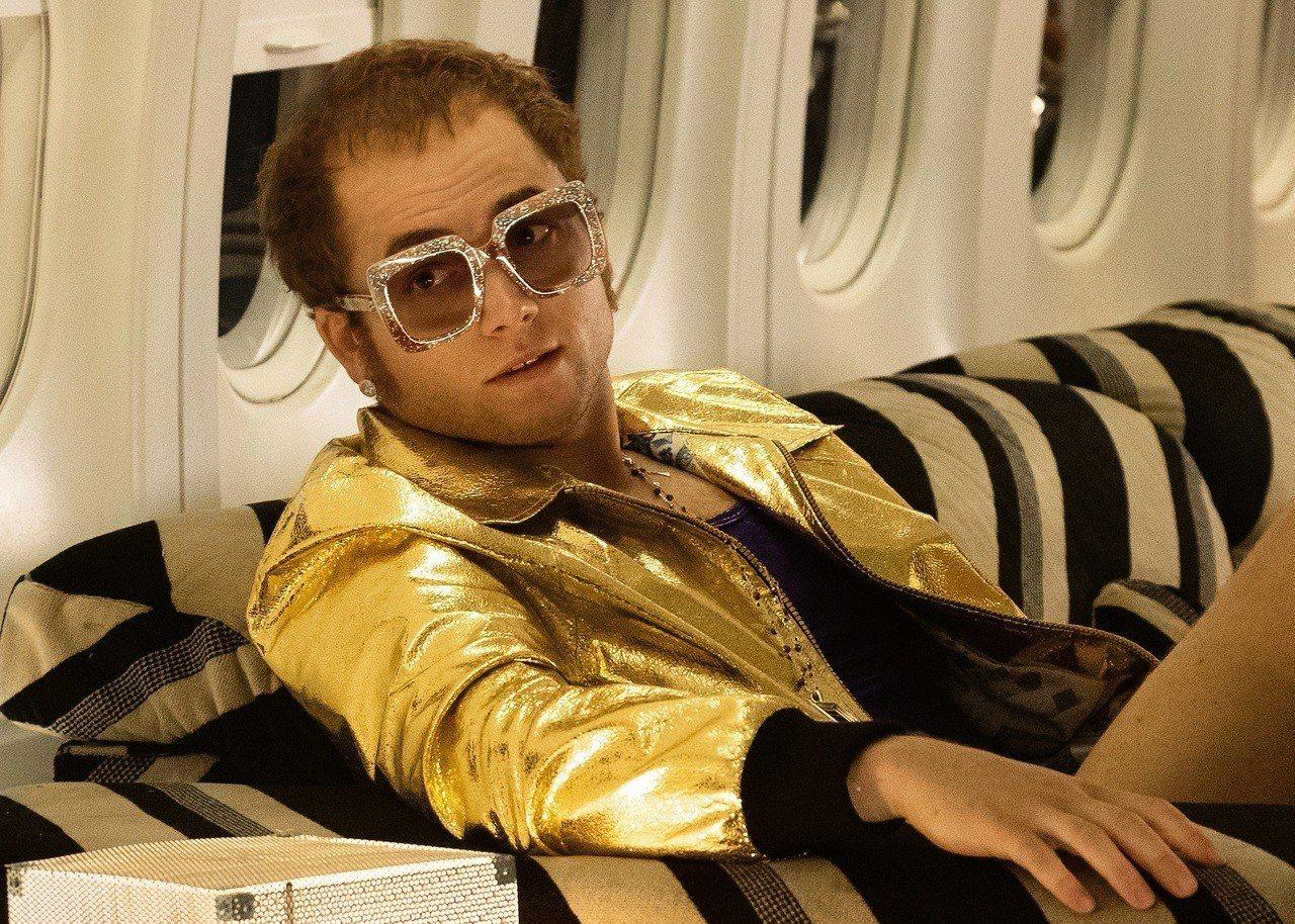 泰隆艾格頓在《火箭人》中飾演強叔,穿戴由Gucci打造服裝和眼鏡。圖/Gucci...
