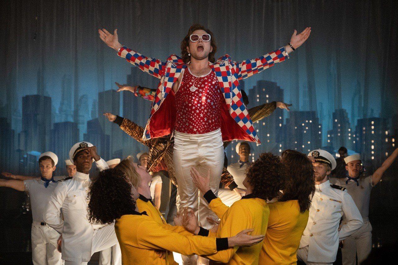 泰隆艾格頓在《火箭人》中飾演強叔,穿著由Gucci打造的服裝。圖/Gucci提供