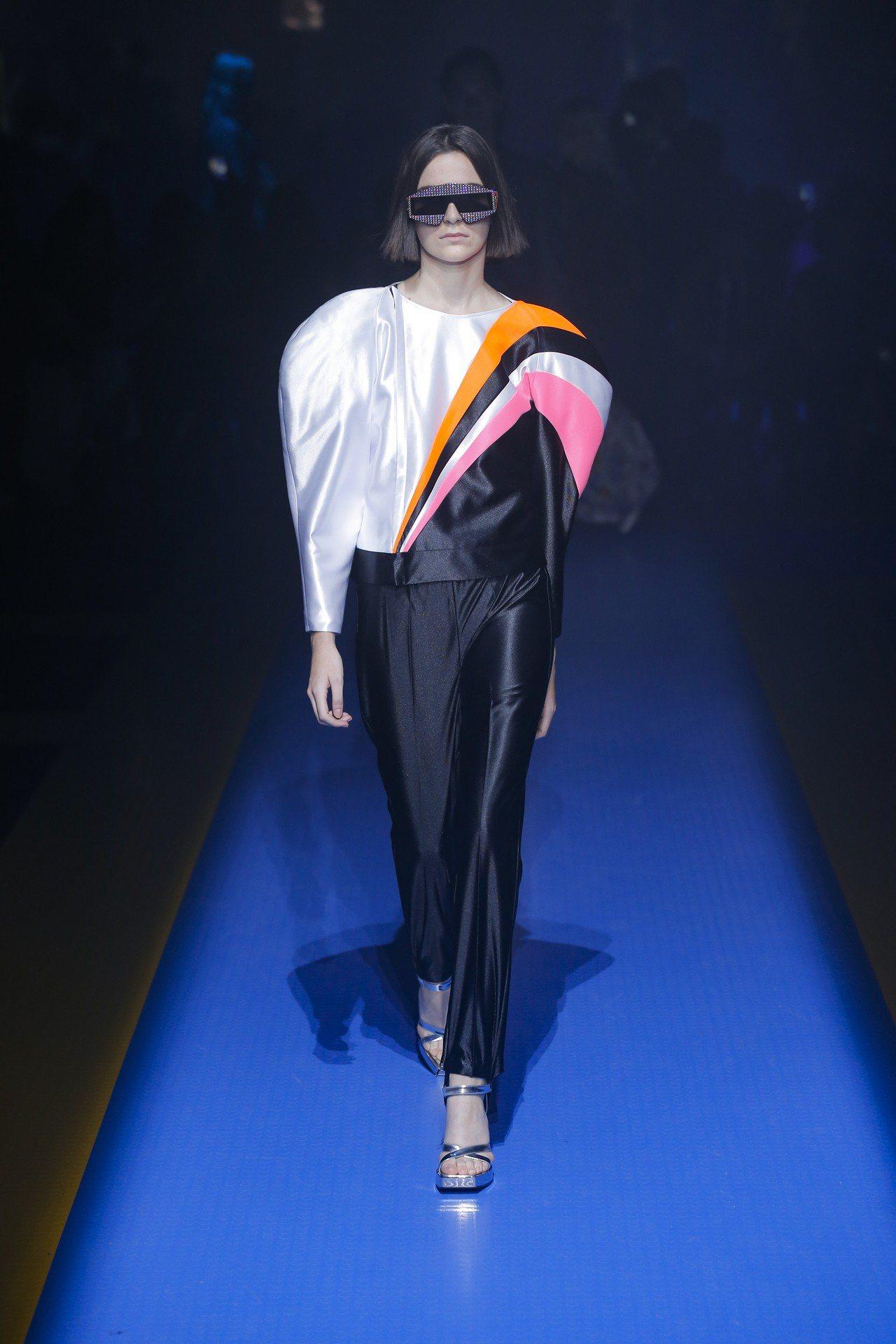 Gucci早在2018春夏系列中就從傳奇巨星艾爾頓強當年帶起的華麗搖滾風格表演服...